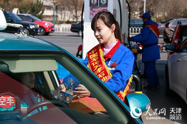 中石化天津石油为出租车司机送福袋传递正能量