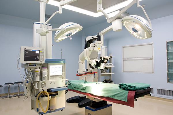 备有国际上目前最先进徕卡手术显微镜和蛇牌器械.