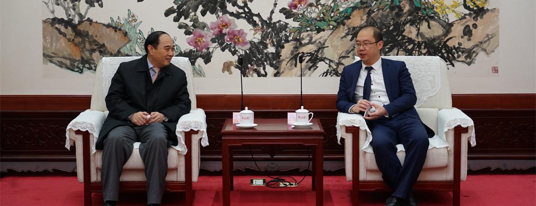 天津市卫生计生委党委书记、主任王建国(左)与人民网总裁叶蓁蓁座谈