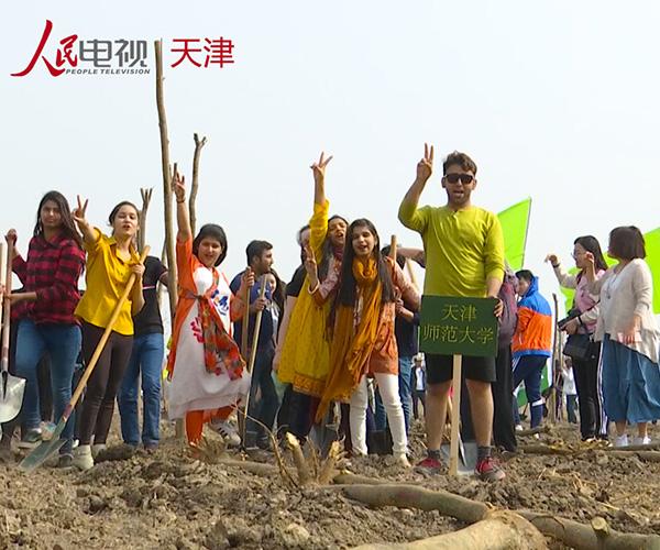 海外专家和天津市民连续十年同植友谊林        今年植树的地点位于天津市东丽区东丽湖生态区。[观看]
