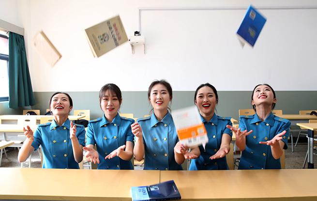 又到毕业季 中国民航大学学生拍毕业照致美好大学生活