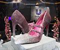 """价值3000万的高跟鞋小姐姐看看合不合脚        在中国国际进口博览会上,一双高跟鞋""""璀璨夺目""""。[观看]"""