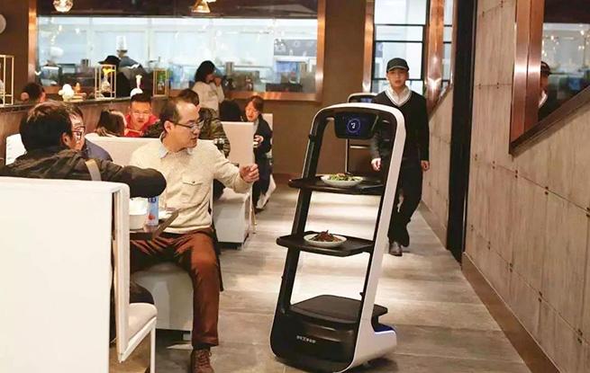全国首家智能餐厅在津开业 机器人上菜体验一下