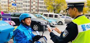"""天津市南开区:""""交警扫一扫""""规范送餐员交通行为"""